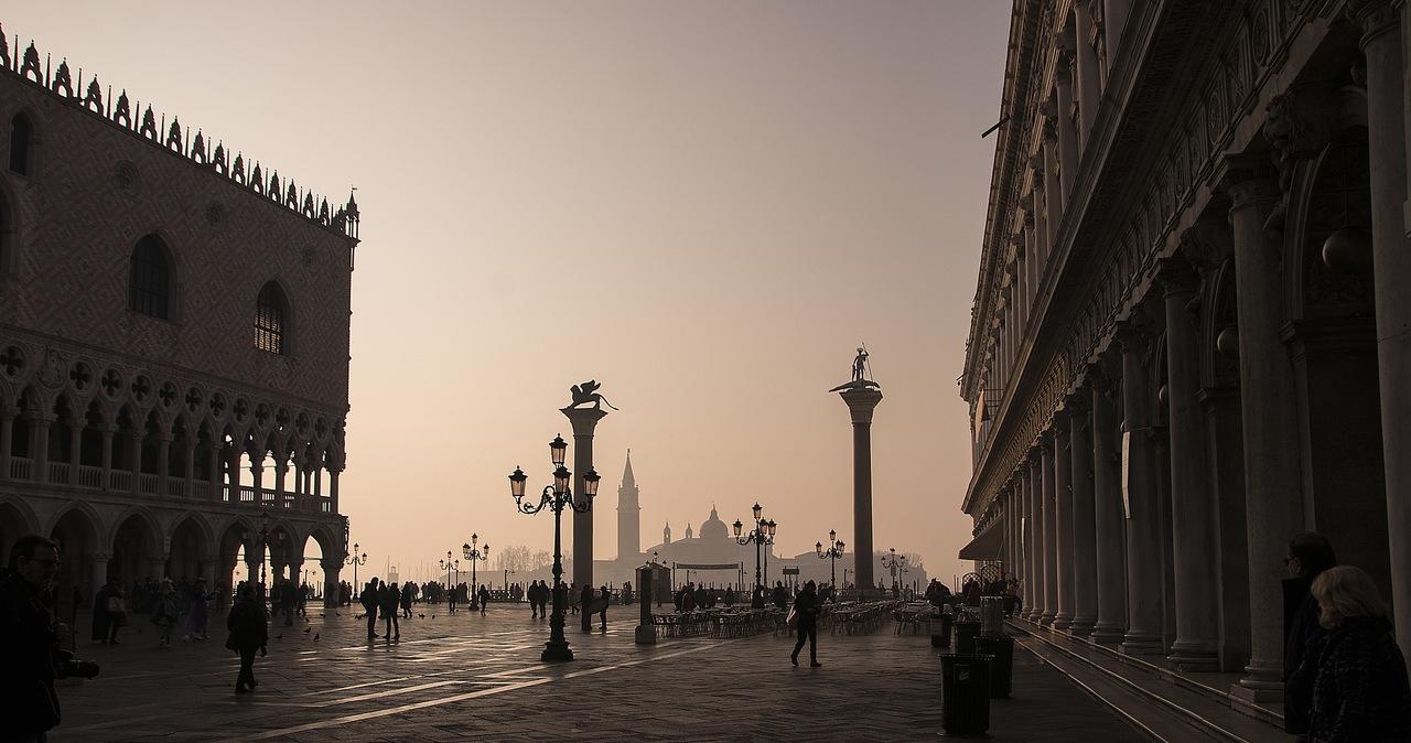 """Niemiec przyjechał w czasie lockdownu zwiedzić Wenecję. """"Rozbił w mieście namiot"""""""