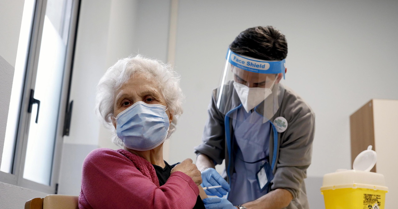 Skuteczna i bezpieczna. EMA: Szczepionka AstraZeneki może być stosowana u wszystkich powyżej 18. roku życia