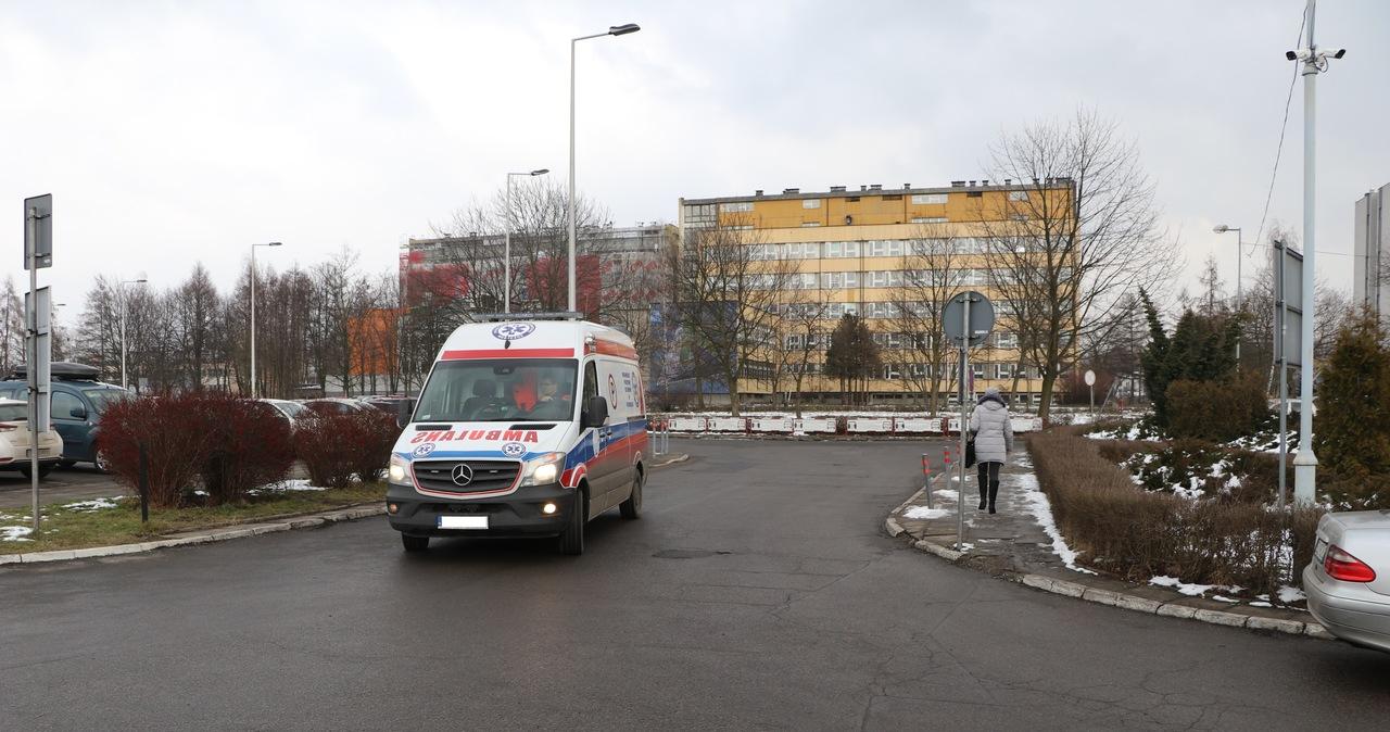Do dziecka wezwano ambulans. Pijany ojciec wybił szybę w karetce