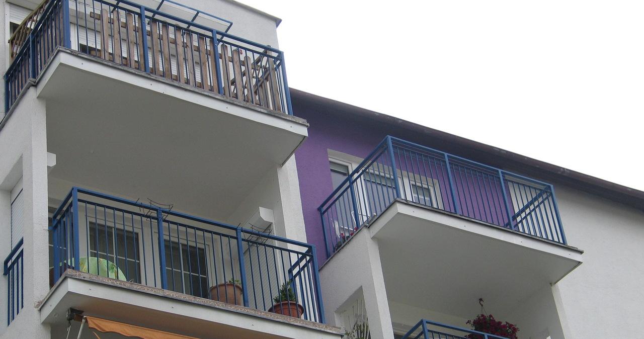 Dwuletnie dziecko zamknęło rodziców na balkonie. Interweniowały służby