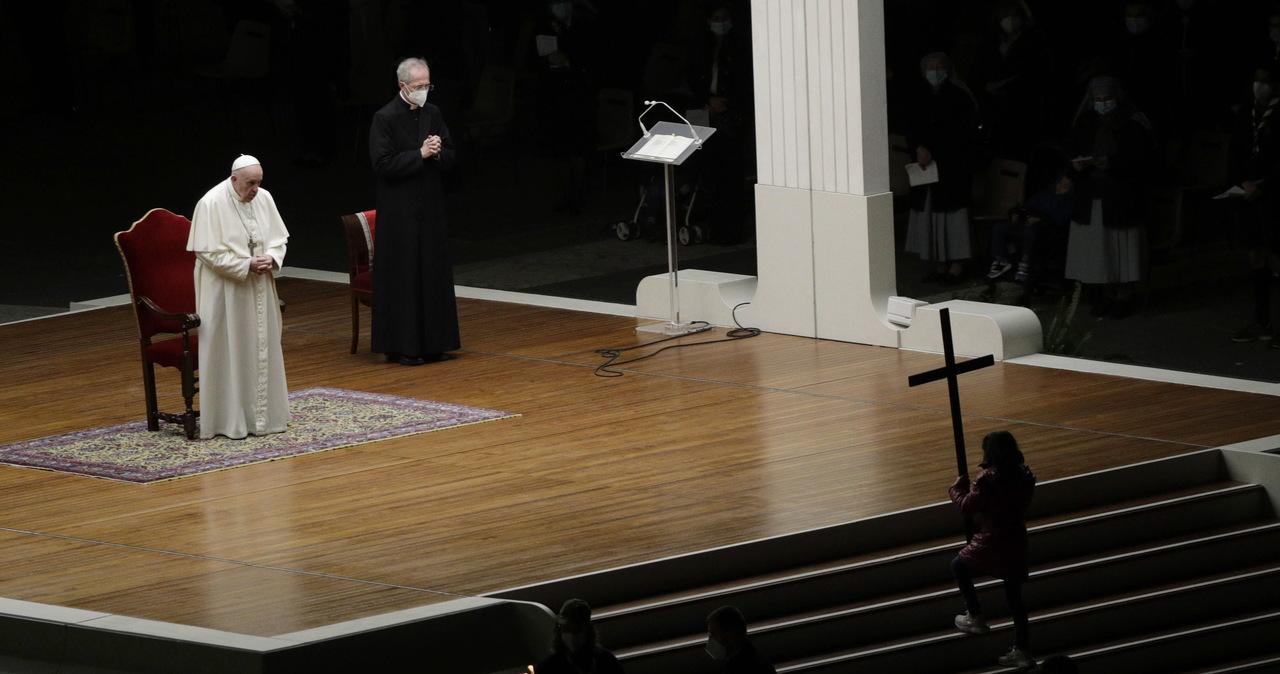 """""""My też mamy krzyże"""". W Watykanie odbyła się Droga Krzyżowa z rozważaniami dzieci i młodzieży"""
