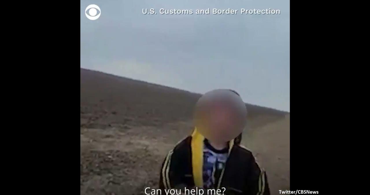 """""""Boję się"""". Płaczący 10-letni migrant znaleziony na pustkowiu"""