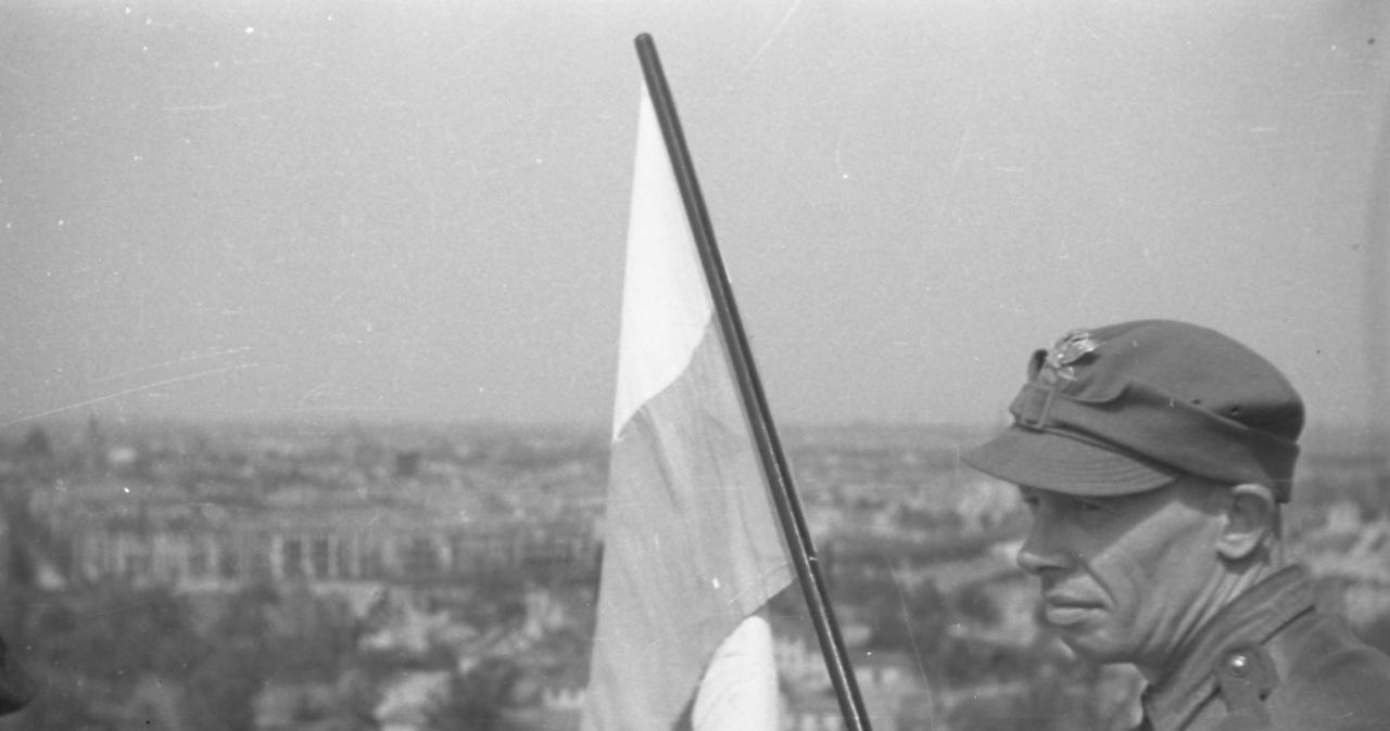 """""""Symboliczny gest zemsty"""". Biało-Czerwona na Kolumnie Zwycięstwa w Berlinie w 1945 roku"""