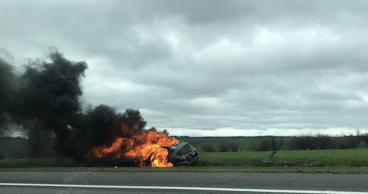 Płonący samochód na autostradzie