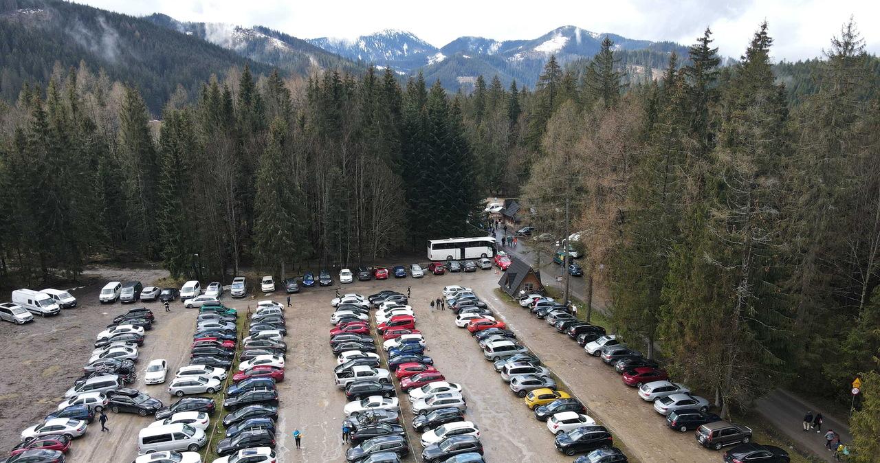 Majówka: Tłumy turystów w Tatrach. Na parkingach nie ma już miejsc
