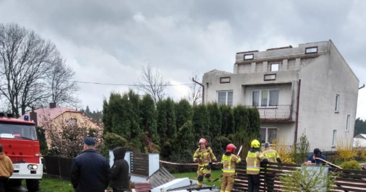 Zerwane dachy, lokalne podtopienia. Strażacy interweniowali w związku burzami i silnym wiatrem