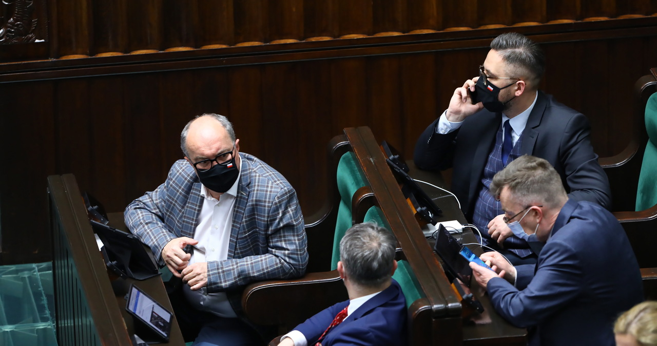 """Sejm przegłosował ratyfikację Funduszu Odbudowy. """"Lewica zapleczem PiS"""" [ZAPIS RELACJI]"""