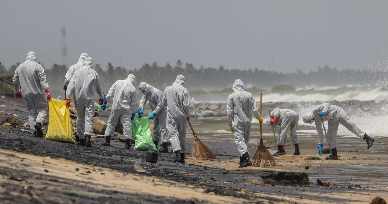 Morze wyrzuca martwe zwierzęta, na plażach mikroplastik. Katastrofa ekologiczna na Sri Lance