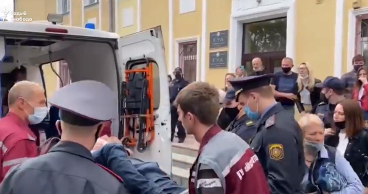 Wbił sobie długopis w szyję. Dramatyczne wydarzenia w białoruskim sądzie