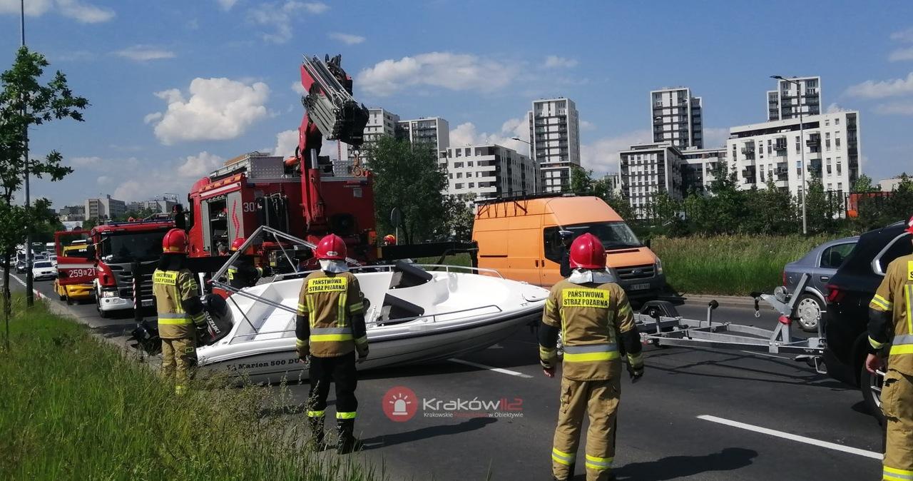 Łódź zablokowała drogę. Nietypowa kolizja w Krakowie