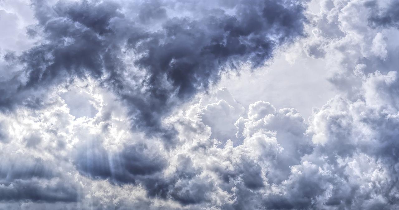 Małe zachmurzenie w nocy, a w dzień - możliwy deszcz i burze [PROGNOZA IMGW]