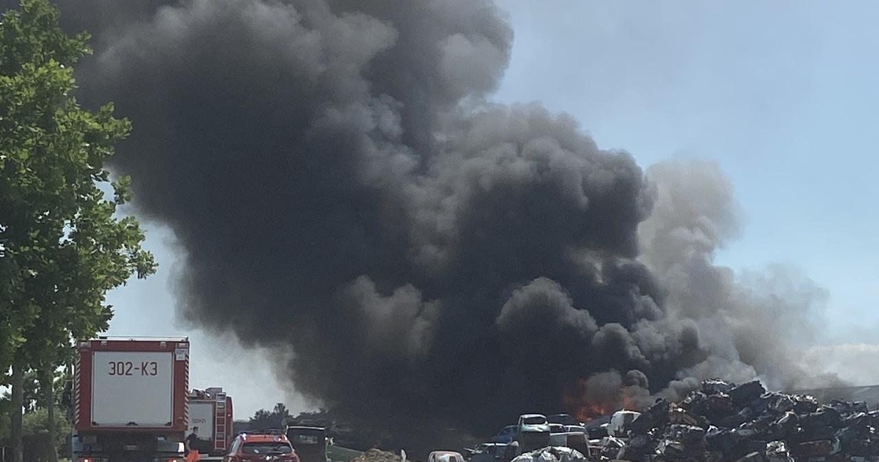 Pożar w stacji demontażu pojazdów w Stobnie. Ranny mężczyzna