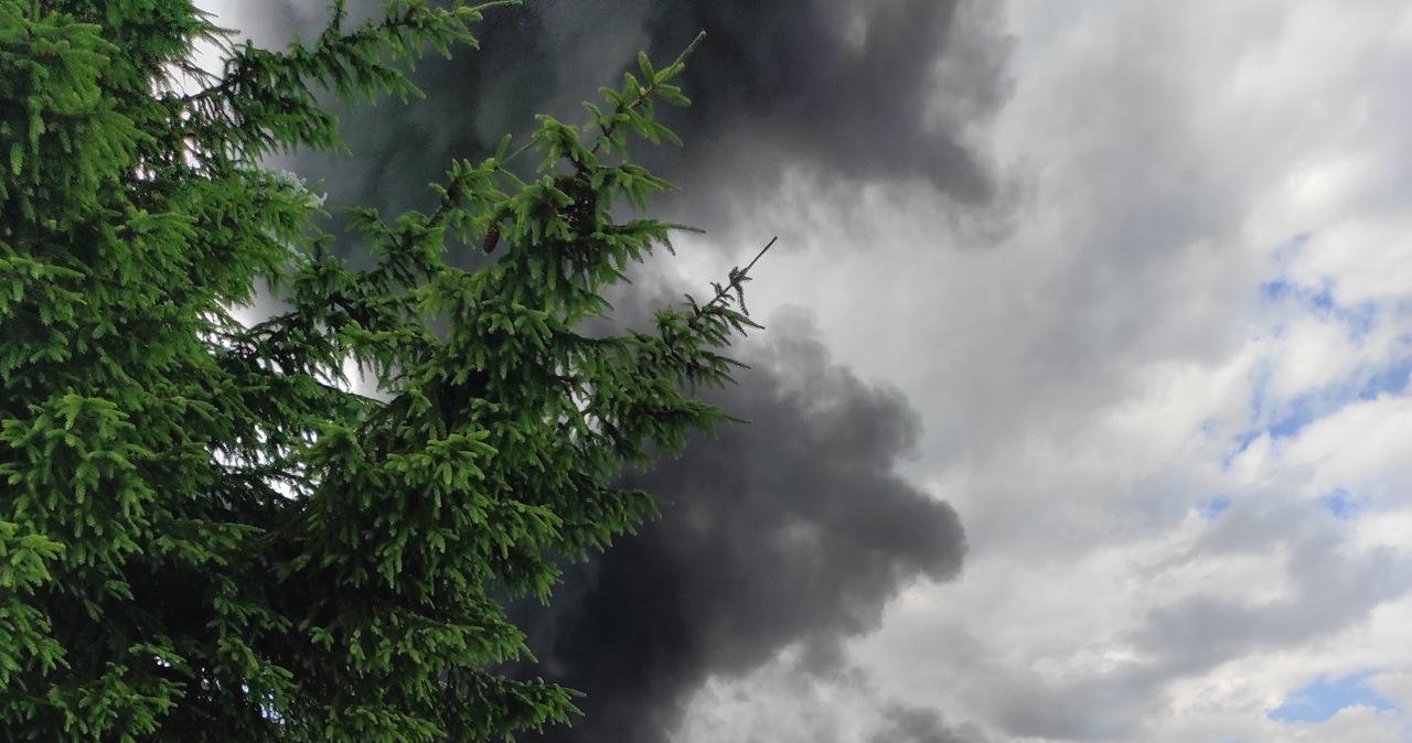 Pożar fabryki w Świeciu. Kłęby dymu widać z daleka