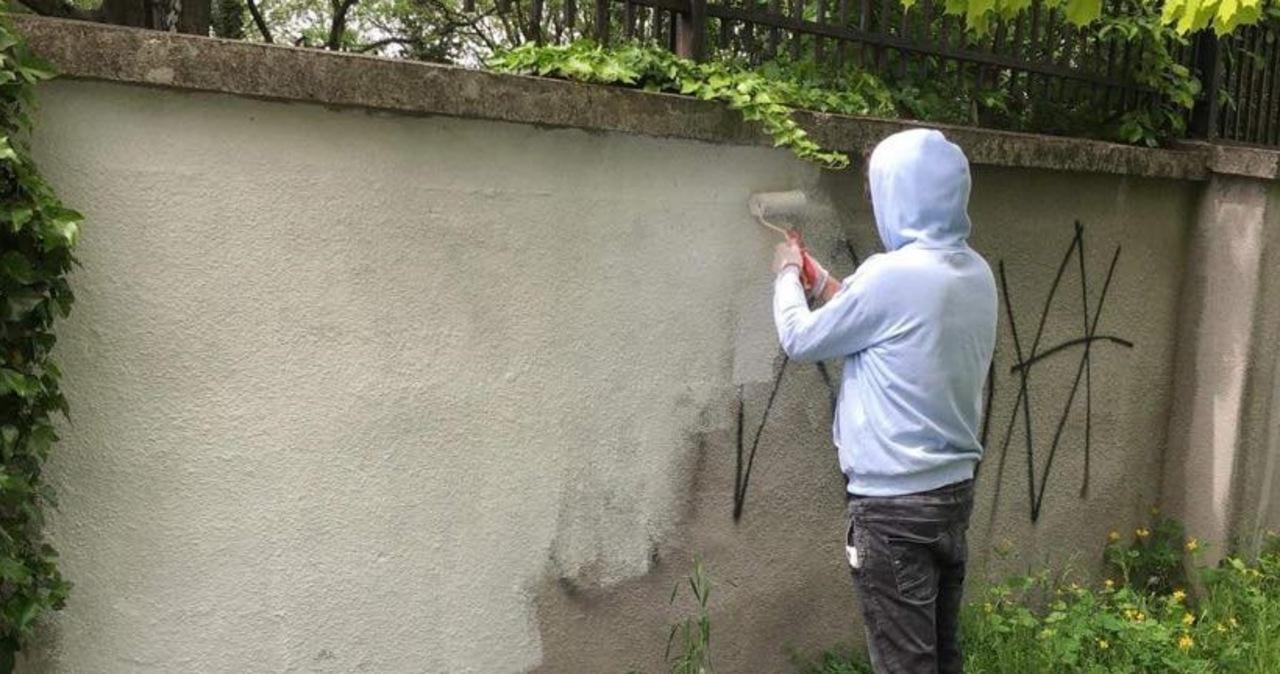 Zdewastowali mur kirkutu. Szkodę jednak naprawili