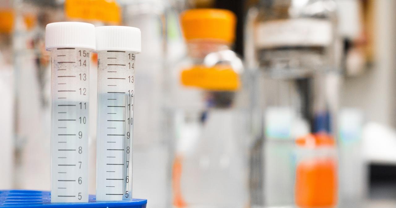 Pracownica laboratorium wyniosła fiolki z wirusem. Trzymała je w lodówce