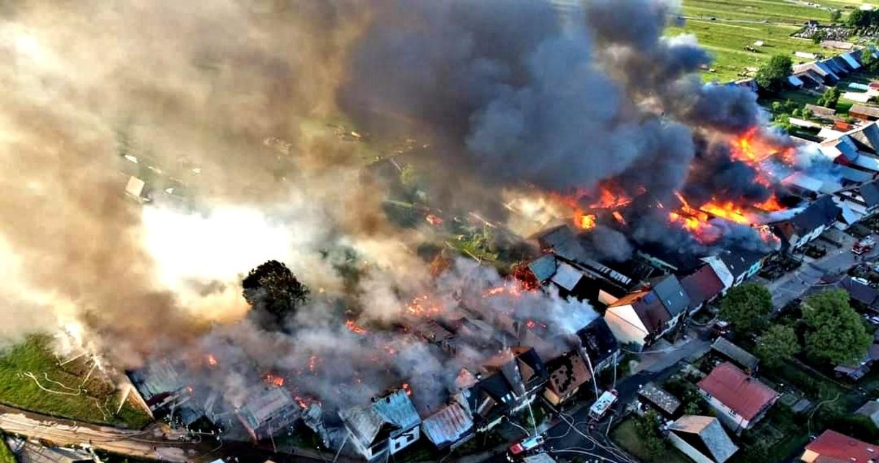 Pożar w Nowej Białej. Płoną domy i budynki gospodarcze