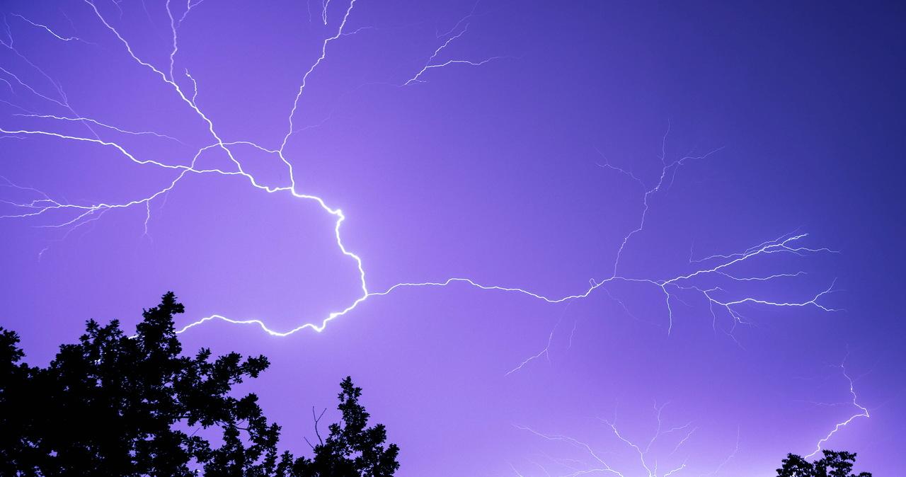W całej Polsce alerty burzowe. W 10 regionach IMGW ostrzega przed upałami [MAPY POGODOWE na 15 LIPCA]