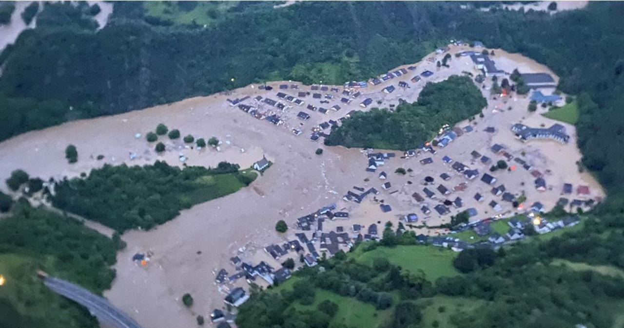 Szokujące zestawienie. Miasto przed zalaniem i po powodzi