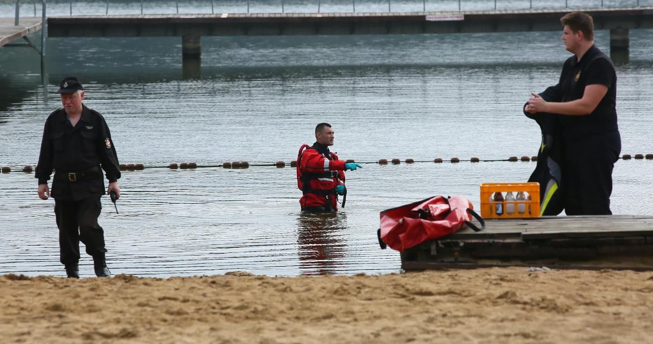 """Dziecko utonęło w jeziorze, rodzice z zarzutami. """"Złożyli dość oszczędne wyjaśnienia"""""""