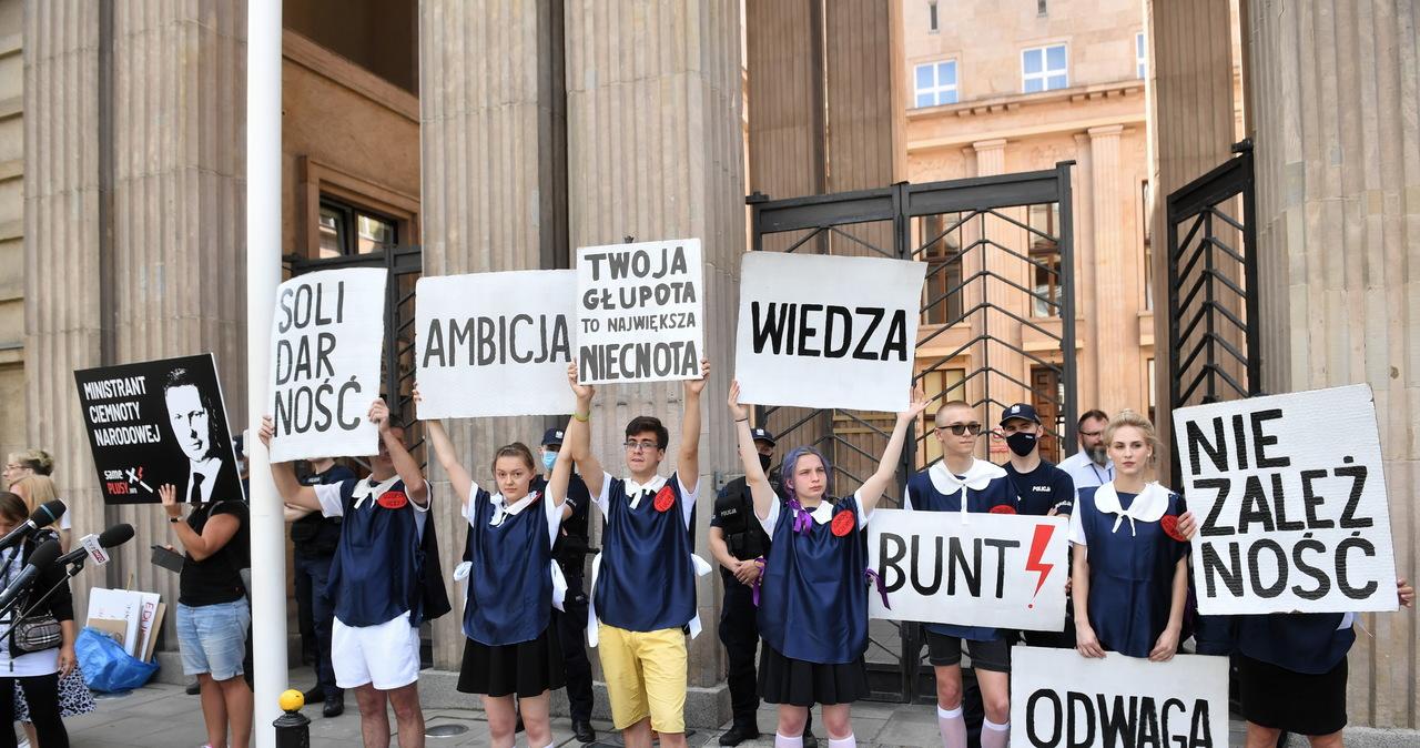 """""""Gruntujemy cnoty niewieście"""". Protest przed siedzibą MEiN"""