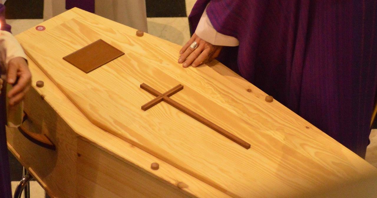 Tarnobrzeg: Wnosili trumnę z ciałem do kościoła. Upuścili ją