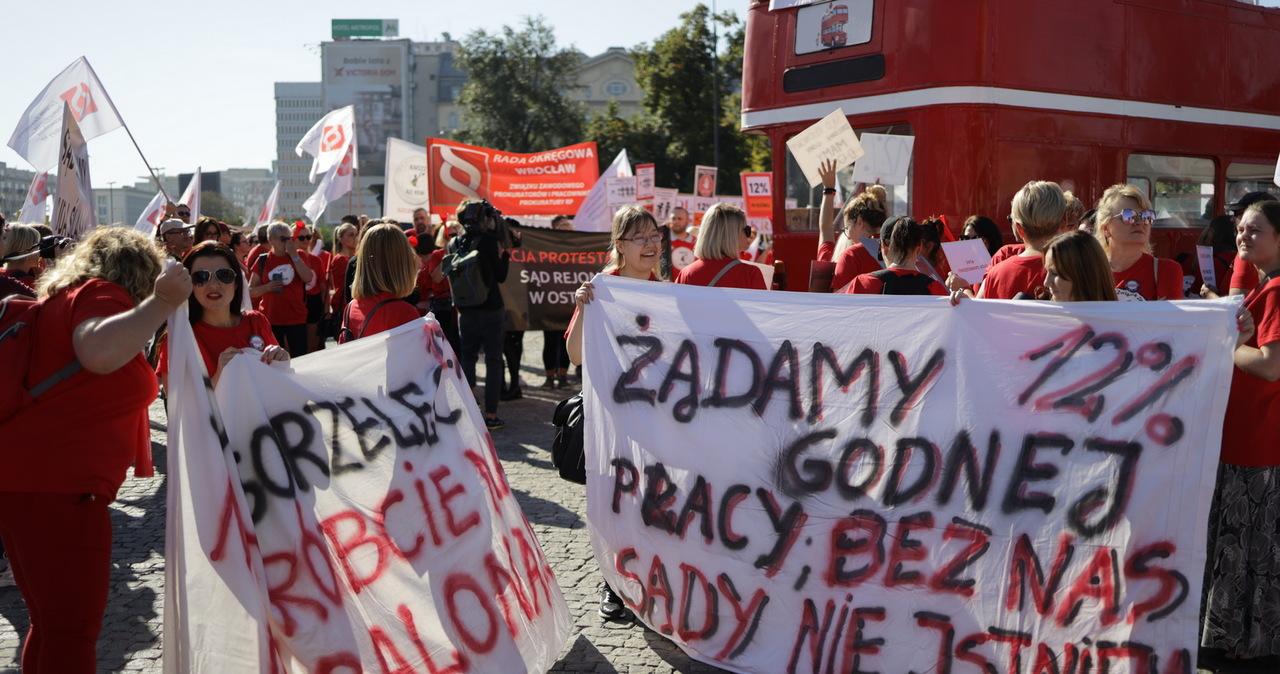 """""""Ogłaszamy stan wyjątkowy w sądach i prokuraturze"""": """"Czerwony marsz"""" na ulicach Warszawy"""