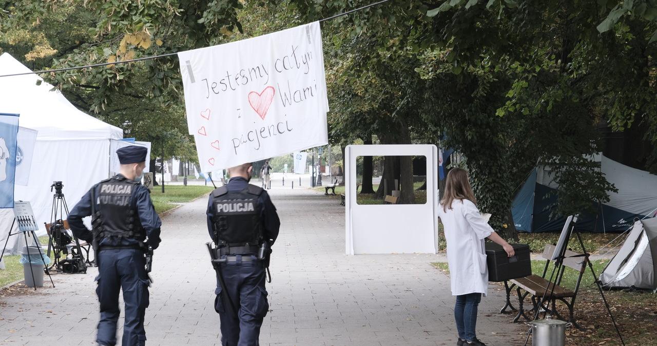 """Białe miasteczko 2.0. Medycy czekają na premiera Morawieckiego: """"Proszę się nie bać"""""""