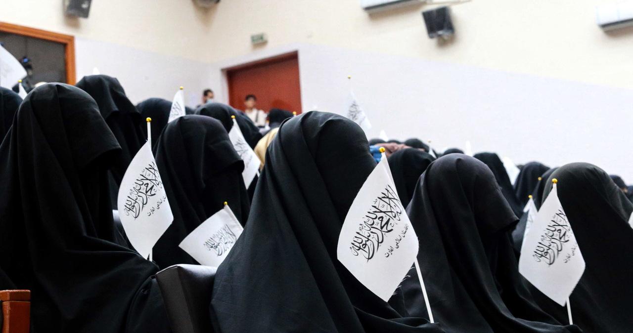 Talibowie łamią obietnice. Dziewczynki nie mają wstępu do szkół, kobiety nie mogą wychodzić z domów
