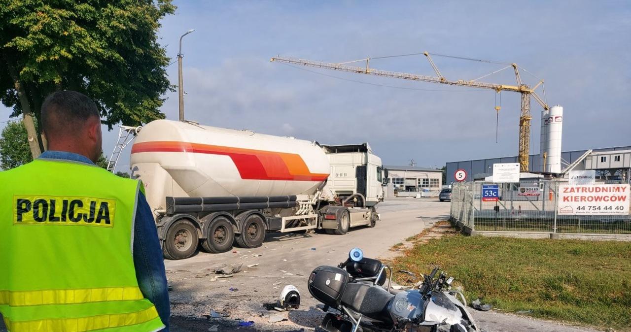 Zderzenie ciężarówki z policyjnym motocyklem. Mundurowy trafił do szpitala