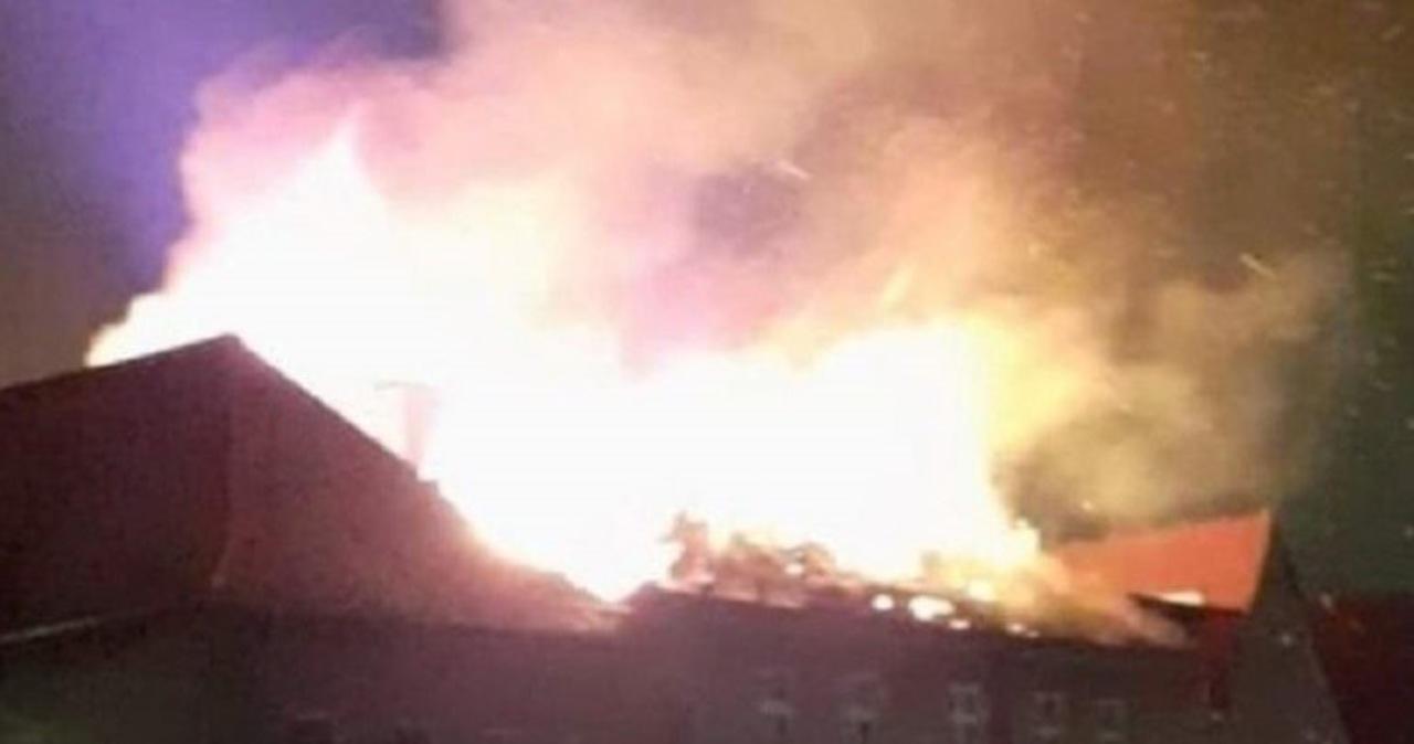 Pożar kamienicy w Świdnicy. Ogień częściowo zniszczył dach