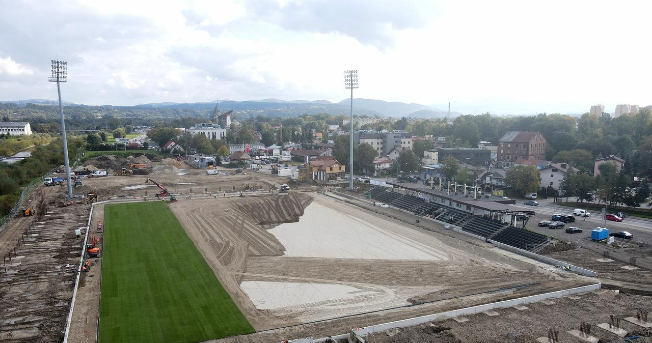 Nowy Sącz: Układanie murawy na budowie stadionu Sandecji