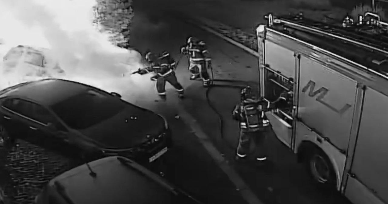 Podpalił auto. Gaszenie pożaru relacjonował w internecie