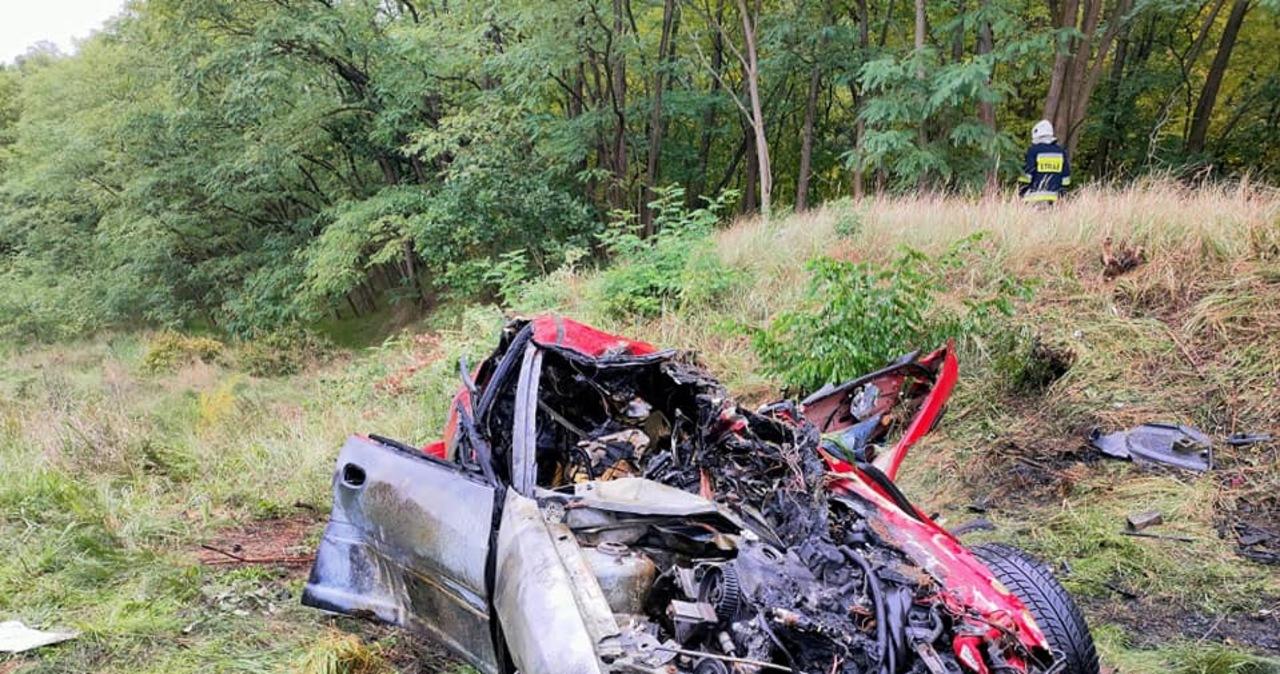 Auto zderzyło się z szynobusem. Matka wyciągnęła z płonącego samochodu dwoje dzieci