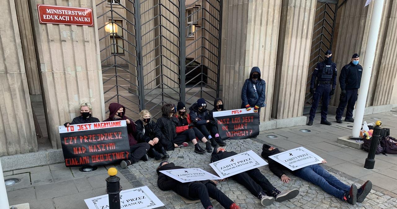 Protest przed resortem edukacji. Aktywiści przykleili się do bruku