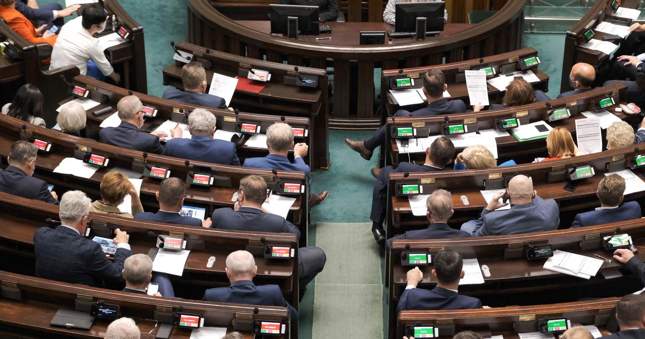 Regulamin Sejmu znowelizowany. Dodano zapisy o postępowaniu ws. stanów nadzwyczajnych