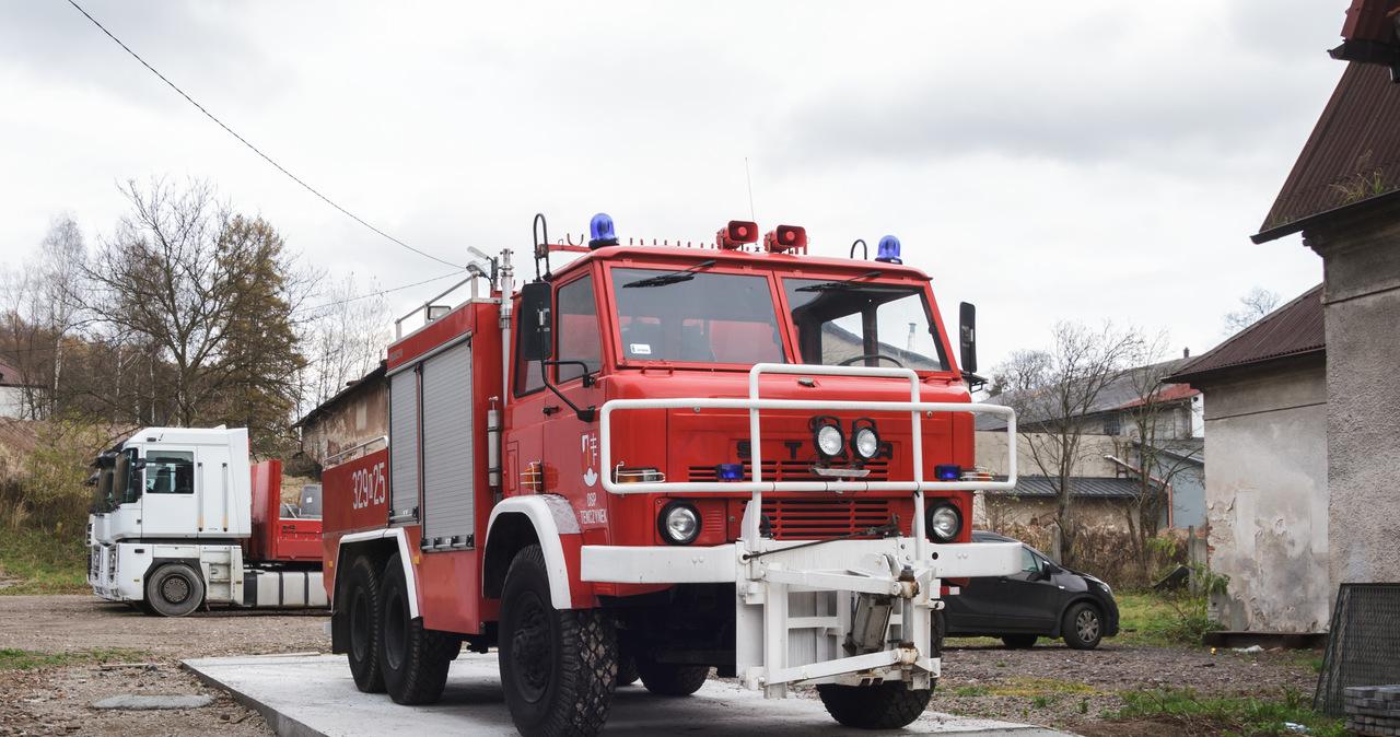 Pożar domu od biokominka. Dwie osoby ranne