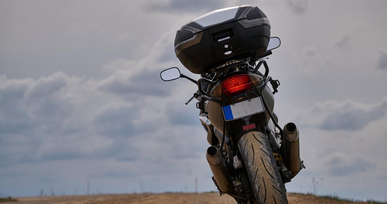 18-latek poszukiwany listem gończym. Wjechał motocyklem w dwie nastolatki