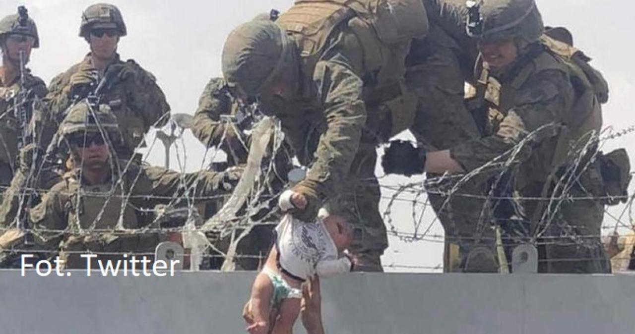 Zdjęcie symbol ewakuacji z Afganistanu. Wiadomo, jaki jest los niemowlęcia