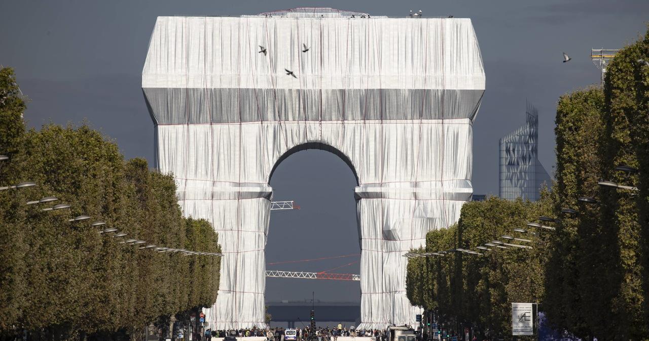 Rozpoczęło się rozpakowywanie paryskiego Łuku Triumfalnego. Mieszkańcom i turystom trochę żal
