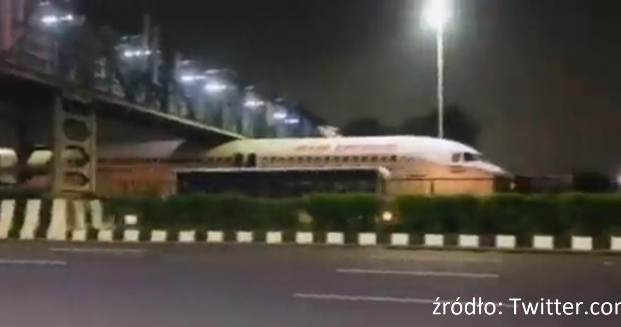 Indie: Niecodzienny widok w Delhi – samolot utknął pod wiaduktem