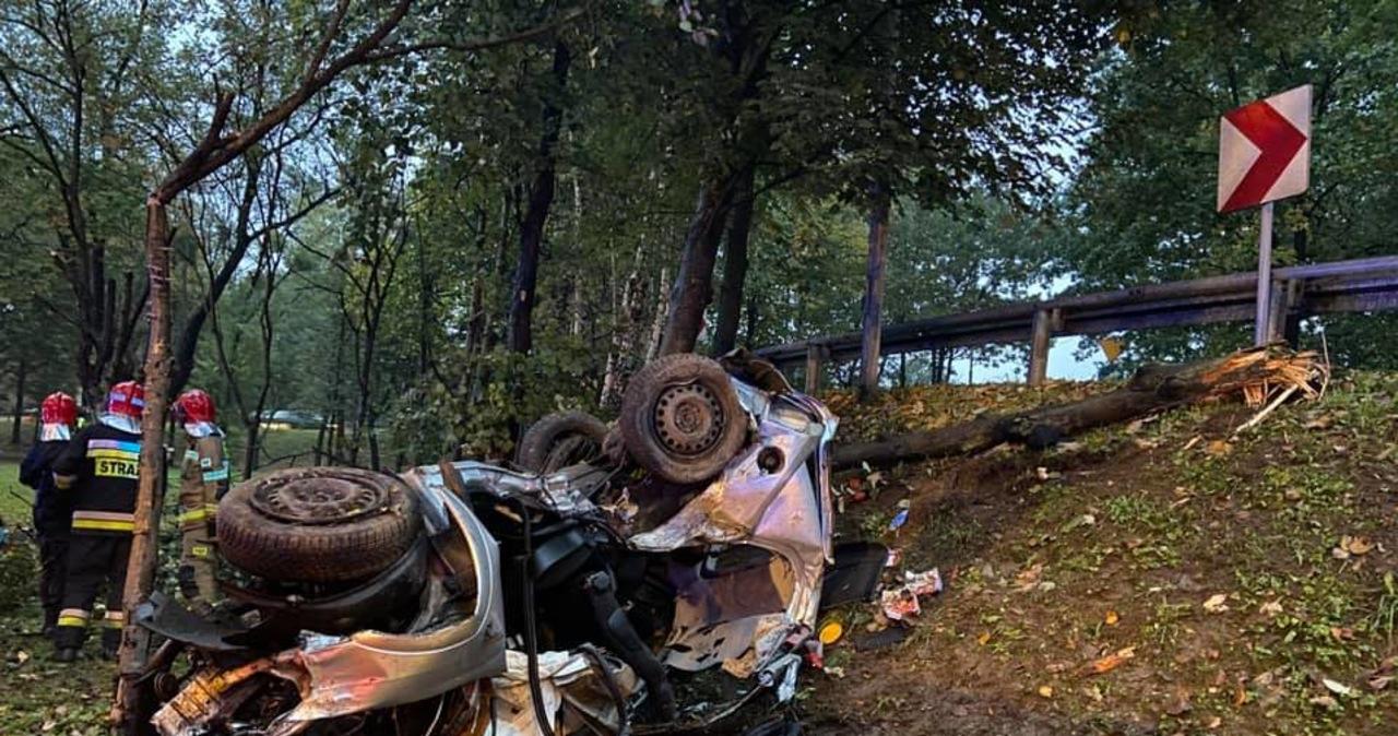 Śmiertelny wypadek w Katowicach. Auto dachowało, potem uderzyło w drzewo