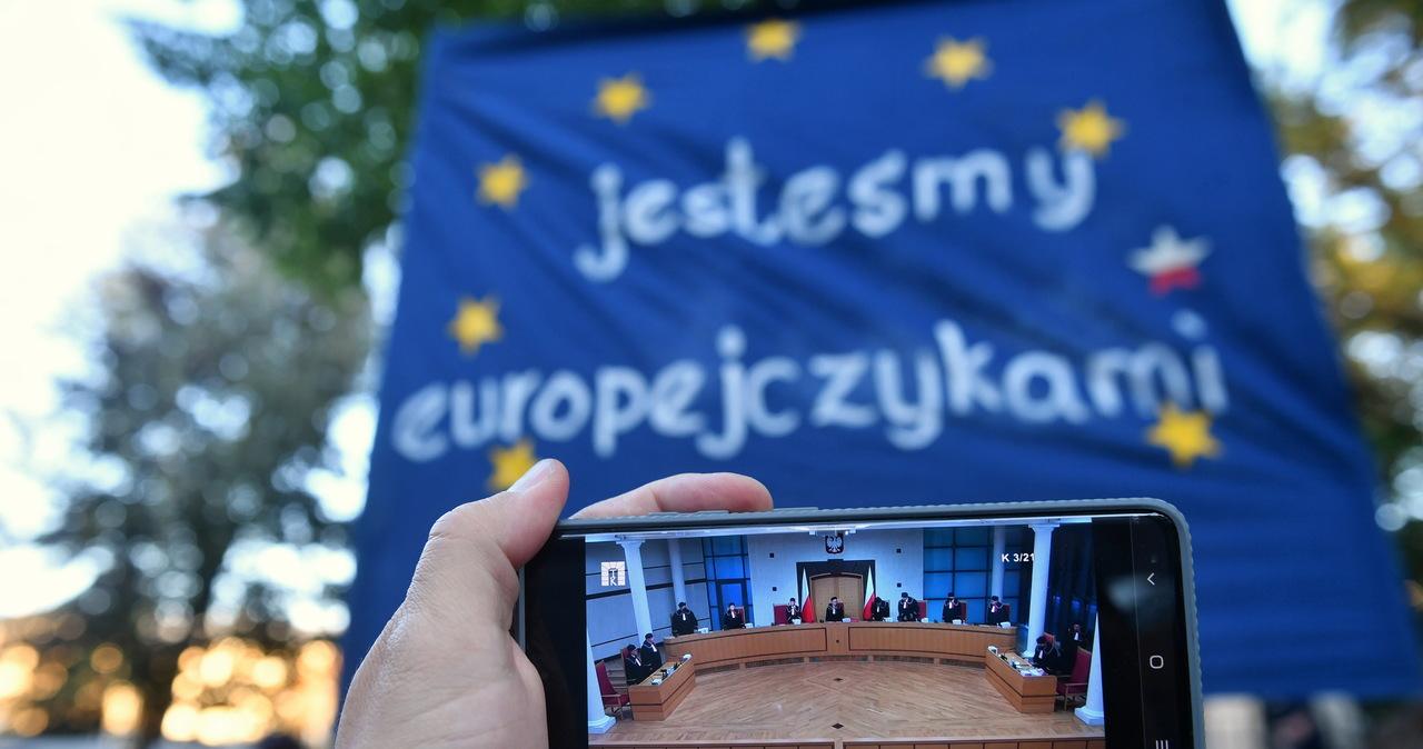 Surowa krytyka orzeczenia TK. Eurodeputowani i Komisja Europejska wydali oświadczenia