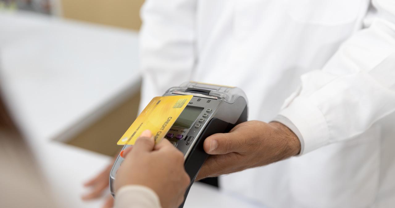 Znalazła kartę bankomatową i płaciła za zakupy. Odpowie za kradzież