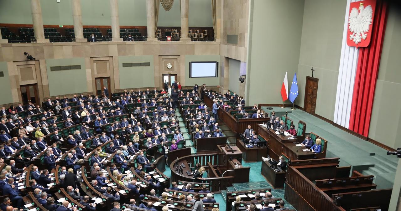 """Sondaż dla RMF FM i """"DGP"""": Spada poparcie dla PiS, rośnie dla KO i Polski 2050"""